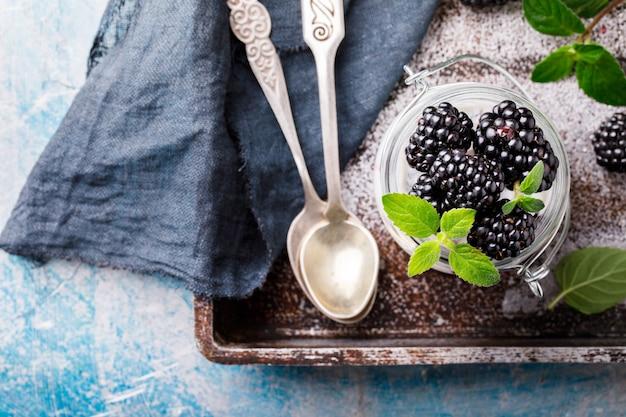 ギリシャヨーグルトとミントのブラックベリー。フレッシュベリー。