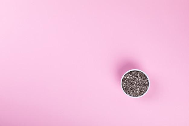 ピンクの背景にチアの種子。