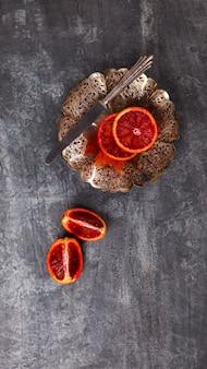 Кровавый апельсин в металлической пластине