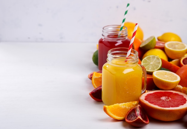 ジュースフレッシュオレンジと柑橘類。健康的な飲料。