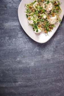 生もやしマイクログリーン、モッツァレラチーズのフレッシュグリーンサラダ
