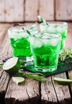 Зеленый напиток эстрагона в день святого патрика