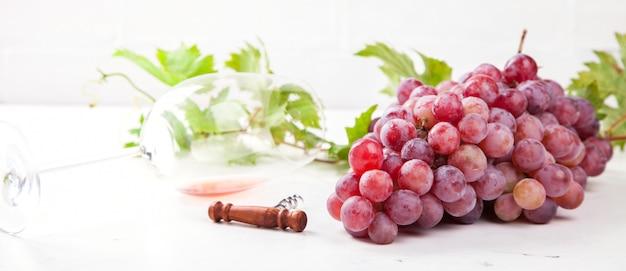 Вино розовое и виноградная гроздь.