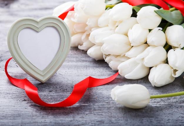 赤いリボンと花束白いチューリップ。バレンタインの日。
