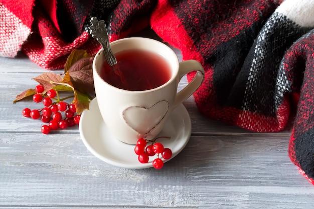 熱いお茶と格子縞のカップ