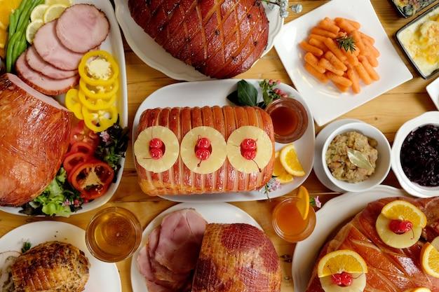 感謝祭の日を祝うために自家製ロースト伝統的なハム