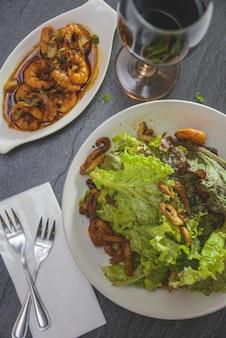 イタリアの野菜サラダ、エビとワイン