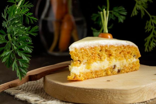 手作りケーキ。クリームと伝統的なキャロットケーキ。