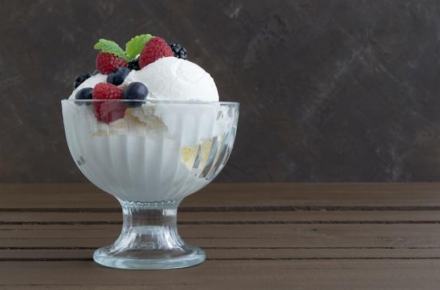 Шарики мороженого в стеклянной вазе.
