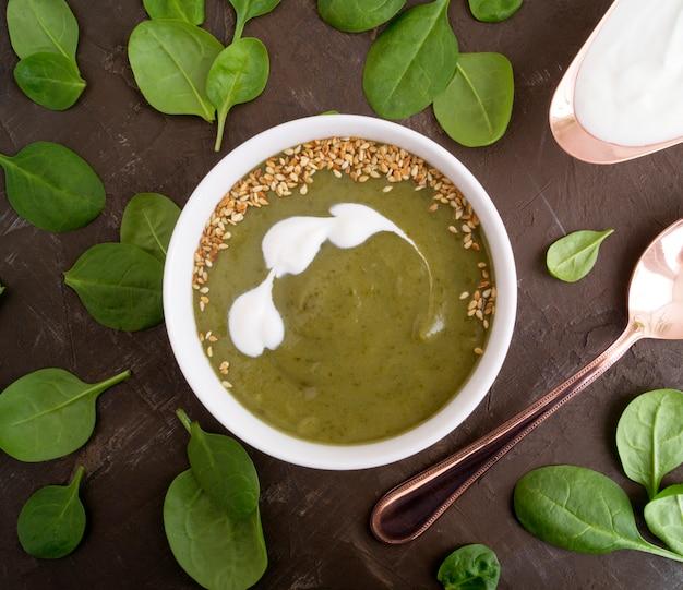 白い皿に菜食主義のほうれん草のスープ。