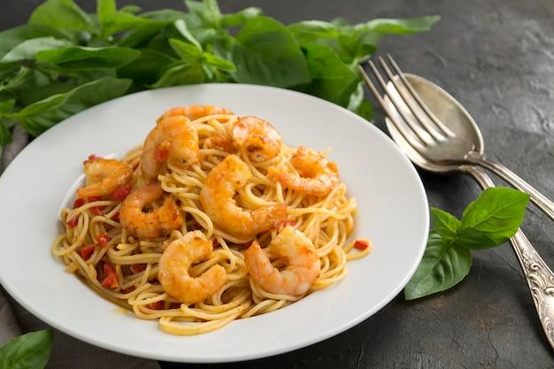 Спагетти и креветки.