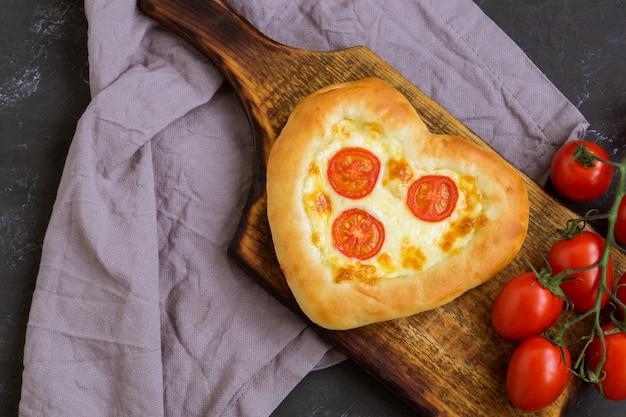 バレンタインの日にハートの形をしたピザマルガリータ。