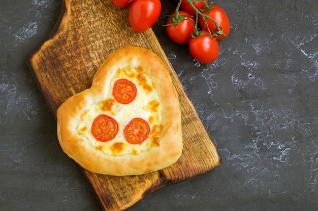 Пицца маргарита в форме сердца на день святого валентина.