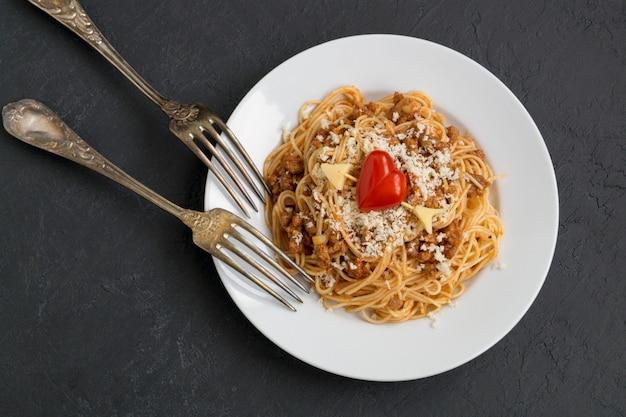 Спагетти болоньезе. традиционное блюдо итальянской кухни.
