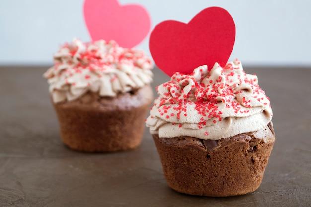 Шоколадные кексы с кусочками шоколада. домашний торт