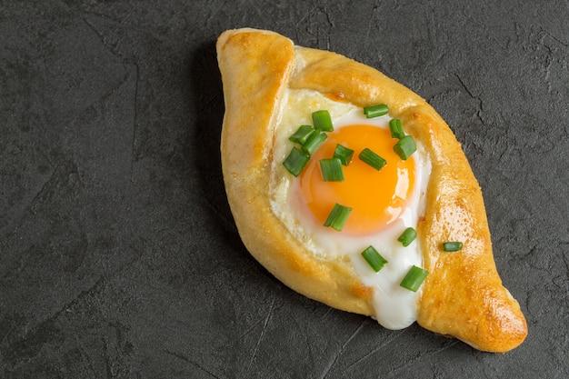卵を添えたアジャリアのハチャプリ