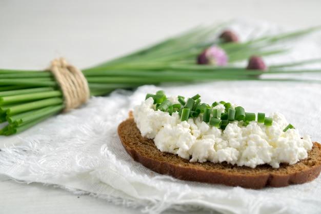 フレッシュハーブの豆腐サンドイッチ。カッテージチーズとグリーンハーブのライ麦パン。
