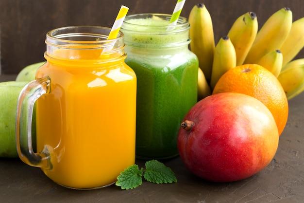 瓶の中の新鮮なフルーツジュース。暗い背景に。