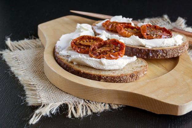 Вяленые помидоры с мягким сыром. итальянская закуска.