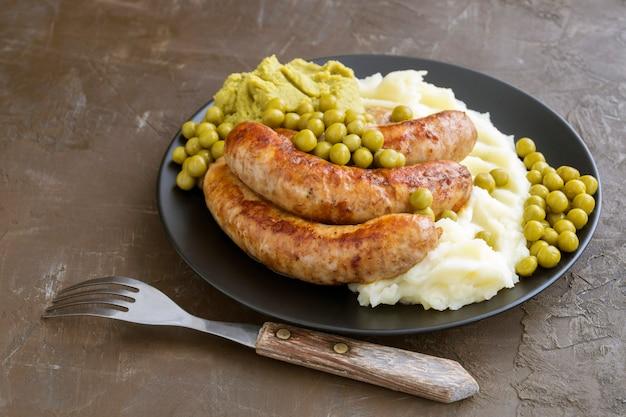 バンガーズアンドマッシュ。伝統的なイギリス料理。