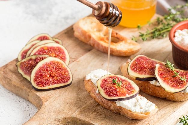 カッテージチーズ、イチジク、蜂蜜入りチャバタまたはブルスケッタ。イチジクとヤギのチーズのサンドイッチ