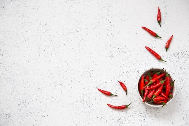 Красный острый перец чили, с красным перцем чили на свет.