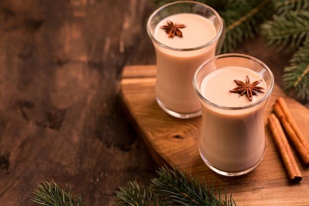 インドの紅茶。茶マサラ。ミルクで味付けしたお茶。ミルク入りのスパイシーな温かいお茶