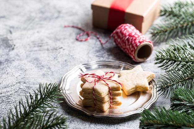 クリスマスの背景。リボン、松の枝でお祝いジンジャーブレッドクッキー