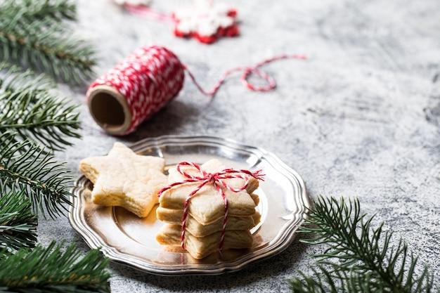 Рождественский фон праздничное пышное печенье с лентой, сосновыми ветками