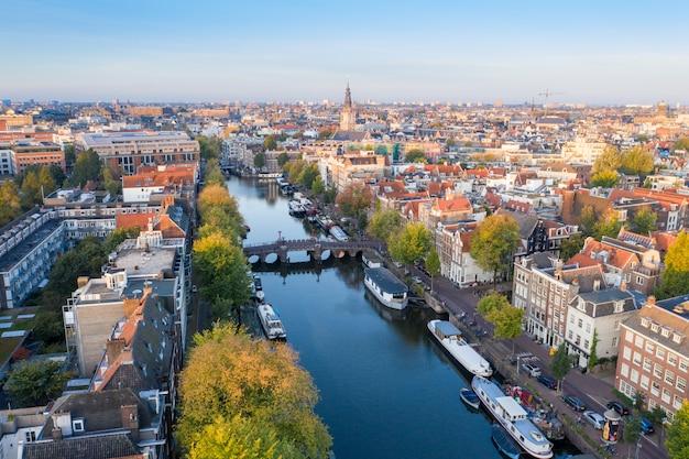 オランダ、アムステルダムのパノラマ空撮。アムステルダムの歴史的部分を見渡す
