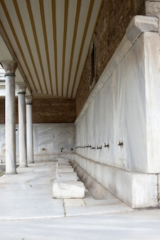 崇拝者が自分の足を洗うイスタンブールのモスクに、清めの蛇口があります。アヤソフィアイスタンブール