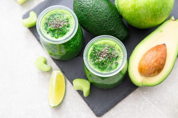 食材を使ったグリーンスムージー。スーパーフード、デトックス、そして健康的なコンセプトです。セレクティブフォーカス