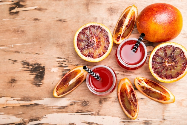 ブラッドオレンジジュース。オレンジスライスと赤オレンジジュース