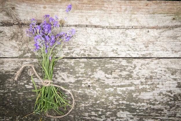 古い素朴なテーブルの上のラベンダーの花束