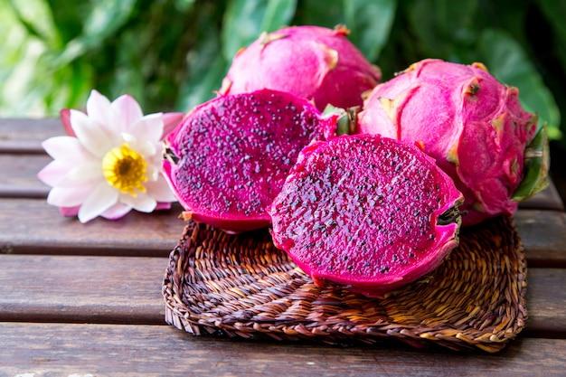 明るくジューシーな熱帯の赤いドラゴンフルーツ。ドラゴンフルーツやピタヤはサボテン科やサボテンの植物です。