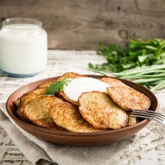 ドラニキ - ポテトフリッター。ポテトパンケーキ。ベラルーシ、ウクライナ、ロシアの自慢の料理。