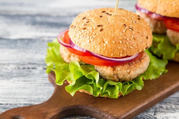 レタスとトマトの自家製健康七面鳥ハンバーガー。セレクティブフォーカス