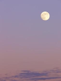 夕空の月満月とパステル調の空。自然の組成