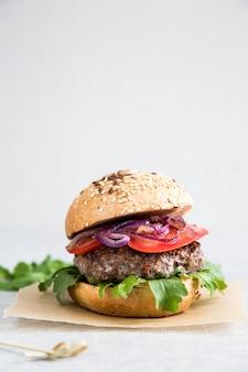 Изготовить домашний говяжий гамбургер и картофель фри.