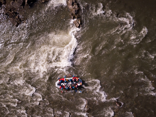 川でラフティング中に楽しんでいる人々の航空写真