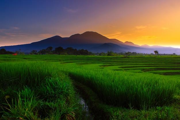 朝の山、インドネシアの空の美しさの色