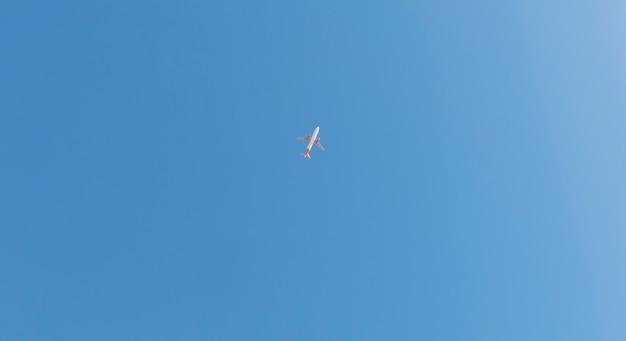 青い空を背景に巡航高度で飛行機