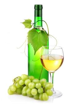 Бутылка вина с веткой стекла и винограда, изолированные