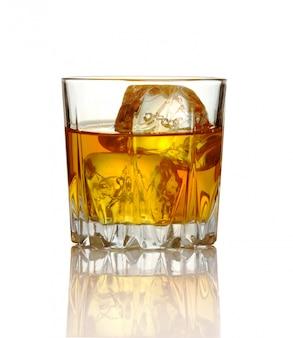 ウイスキーと白で隔離される氷のグラス