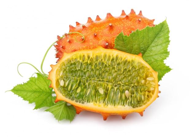 Спелые нарезанные фрукты кивано, изолированные на белом