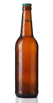 Коричневая бутылка пива с каплями на белом