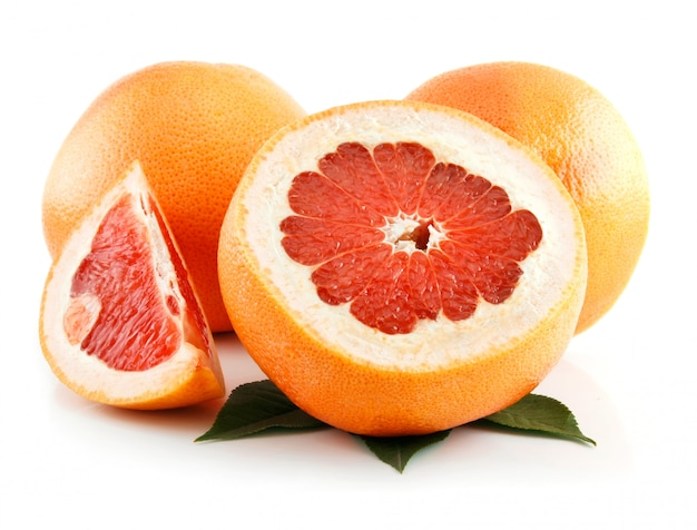 白で隔離される葉と熟したスライスグレープフルーツ