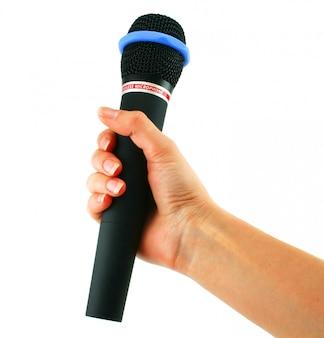 Беспроводной микрофон в руке