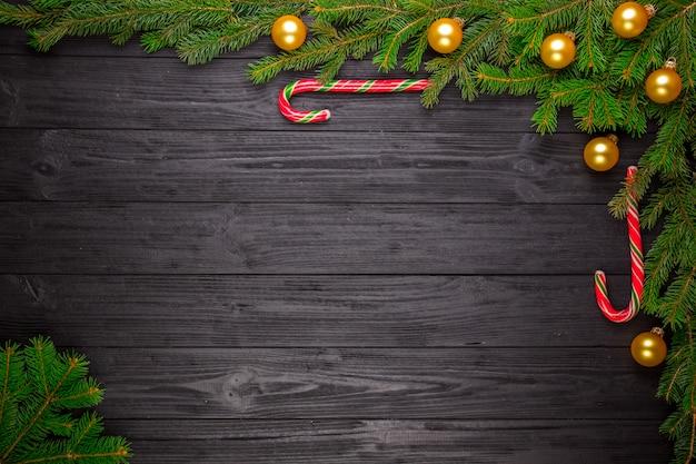 黒の木製の背景にクリスマスのモミの木