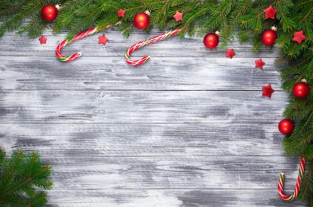 木製の背景にクリスマスのモミの木
